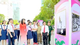 Photo exhibition about President Ho Chi Minh was held in Nguyen Hue walking street