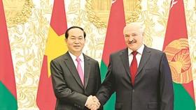 Vietnamese President Tran Dai Quang  poses with Belarusian President Alexander Lukashenko at Independence Palace