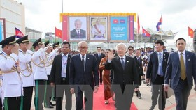 Vietnam's Party General Secretary Nguyen Phu Trong (R) at Pochentong Airport in Phnom Penh (Photo: VNA)