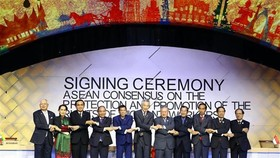 Prime Minister Nguyen Xuan Phuc (fourth from left) at the signing ceremony of ASEAN Consensus on the Protection and Promotion of the Rights of Migrant Workers (Photo VNA)