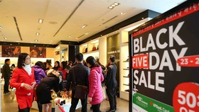 Black Friday sale on at the Vincom Ba Trieu Shopping Centre in Hanoi. — VNA/VNS Photo