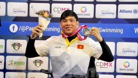 Vo Thanh Tung celebrates winning the silver medal in the men's 50m freestyle at the ongoing World Para Swimming Championships Mexico City 2017. — VNA/VNS Photo