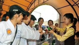 Visitors taste wine at the event (Source: VNA)
