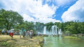 Visitors to Ban Gioc Waterfall in Cao Bang province (Photo: VNA)
