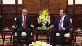 Vietnamese President Tran Dai Quang (R) and Egypt's ambassador Youssef Kamal Boutros Hana