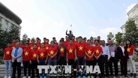 Vietnam's U23 team laid a floral wreath at the statue of late President Ho Chi Minh in HCM City (Source: VNA)