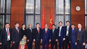 Prime Minister Nguyen Xuan Phuc (middle) and leaders of Chinese localities (Photo: VNA)