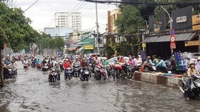 Flood tide and heavy rain cause flooding in Ho Chi Minh City (Illustrative photo:SGGP)