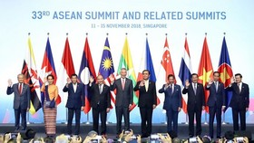 Prime Minister Nguyen Xuan Phuc (fourth, left) and other ASEAN leaders at the 33rd ASEAN Summit in Singapore (Photo: VNA)