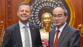 Secretary of the Ho Chi Minh City Party Committee Nguyen Thien Nhan offers a souvenir to Torsten Bonew