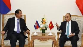 Prime Minister Nguyen Xuan Phuc (R) and Cambodian Prime Minister Samdech Techo Hun Sen (Photo: VNA)