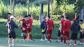 Vietnamese players train ahead of the AFF Cup final (Photo: VNA)