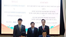 Chairman of the Ho Chi Minh City People's Committee Nguyen Thanh Phong and Mayor of Chengdu witness a signing ceremony about cooperation of tourist development (Photo:hcmcpv)