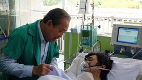 Phó thủ tướng Trương Hòa Bình đến bệnh viện thăm hỏi nạn nhân vụ cháy chung cư Carina