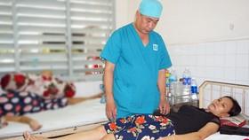 Bác sĩ Bệnh viện Ung bướu đang thăm khám cho bệnh nhân ung thư