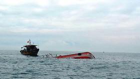 Cứu tàu cá cùng 11 ngư dân Quảng Ngãi gặp nạn trên biển
