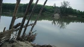 Vỡ đập ngăn mặn sông Trà Bồng
