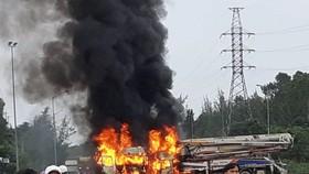 Sau va chạm, xe tải và xe trộn bê tông bốc cháy dữ dội