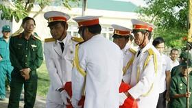Đưa các liệt sĩ về nơi an táng tại nghĩa trang xã Bình Mỹ, huyện Bình Sơn, tỉnh Quảng Ngãi vào hồi đầu tháng 1-2018. Ảnh: NGUYỄN TRANG
