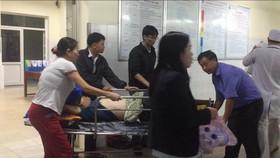 Quảng Ngãi: Xe khách nổ lốp, 8 người bị thương nặng