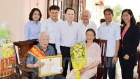 Chairman of the Inspection Committee of the HCMC Party Committee Nguyen Van Hieu congratulates Mr. Le Nam Phong.(Photo: hcmcpv)