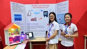 """2 em Võ Lê Mai Anh và Lê Nguyên, học sinh lớp 9/3 Trường iSchool Nha Trang bên dự án """"Công tắc WIFI - Bộ điều khiển hỗ trợ người khuyết tật"""""""