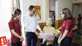 Ông Nguyễn Ngọc Tuấn - Giám đốc Điều hành Hệ thống iSchool thăm và tặng quà tri ân các Mẹ Việt Nam Anh hùng tại Quảng Trị