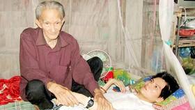 Cha gần 100 tuổi chăm con liệt giường