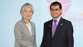 Ngoại trưởng Hàn Quốc Kang Kyung-wha và người đồng cấp Nhật Bản, Taro Kono, ở Singapore, ngày 2-8-2018. Ảnh: YONHAP