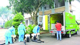 Đội ngũ trung tâm y tế dự phòng đang tiến hành chuẩn bị phun thuốc