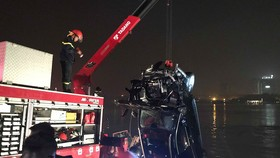 Đã xác định danh tính 2 nạn nhân trong vụ chiếc xe Mercedes rơi từ cầu Chương Dương