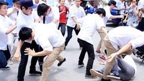 Thực tế, đã có nhiều học sinh vô tư đứng cổ vũ bạn đánh nhau mà không hề có sự can ngăn