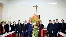 Phó Thủ tướng Thường trực Chính phủ Trương Hòa Bình đến chúc mừng Tòa Tổng Giám mục Hà Nội. Ảnh: VGP