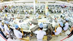 Nền công nghiệp của Việt Nam chủ yếu vẫn là gia công, tận dụng lao động giá rẻ nên không chỉ mất lợi thế mà trở thành yếu tố bất lợi. Ảnh: P.LONG