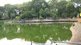 Hồ nước Công viên Hoàng Văn Thụ bốc mùi hôi thối