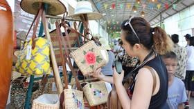 Doanh nghiệp chuyên doanh đa ngành nghề như thủ công mỹ nghệ, mây tre đan… cần thận trọng  khi giao dịch với đối tác ở nước ngoài. Trong ảnh: Khách chọn mua túi xách làm từ lục bình