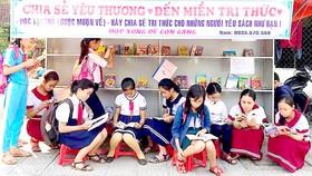 Học sinh thích thú khi được đọc sách báo miễn phí