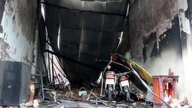 Hiện trường vụ cháy căn nhà vừa ở vừa kinh doanh hóa chất trên đường Cộng Hòa, quận Tân Bình