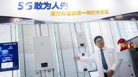 2018年2月1日,湖北首個室外5G試驗基站在武漢開通,這意味著5G技術在湖北的規模組網規模試驗已進入攻堅階段。這是2月5日,工作人員介紹5G試驗基站的射頻單元。(圖源:新華網)