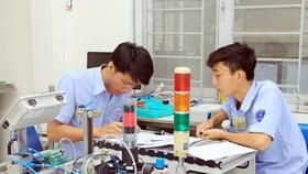 就讀某一職技培訓學校的學生進行機械修理實習中。