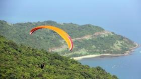 在空中駕滑翔傘是峴港市吸引國內外遊客的體育活動之一。