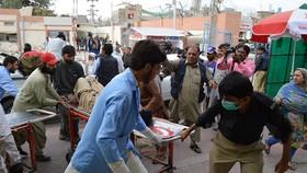 7月13日,在巴基斯坦奎達,人們將傷員送往醫院。(圖源:新華網)