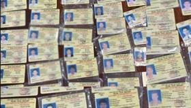 圖為此前警方摧毀並沒收的一批偽造國家機關證件的物證。