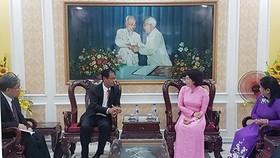 市越南祖國陣線委員會主席蘇氏碧珠(右二)接見占巴塞省老撾建國陣線委員會代表團。