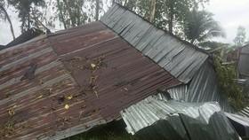 圖為芹苴市泰來縣一鐵皮房遭旋風吹塌的現場一瞥。(圖源:俊光)