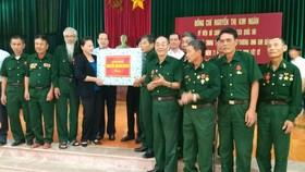 國會主席阮氏金銀向金榜榮軍調養中心的榮軍、傷病員贈送禮物。(圖源:黃孟)