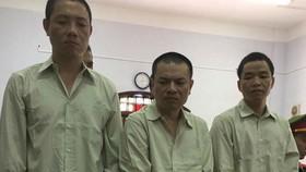 複審開庭受審時的被告人鄧文憲(中)與共犯。