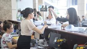 市稅務局公務員指引企業辦理相關手續。