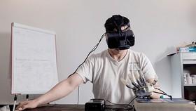 在一種將虛擬現實和人工觸覺結合起來的突破性方法中,一名截肢者感覺他們的假手屬於他們自己的身體。(圖源:互聯網)