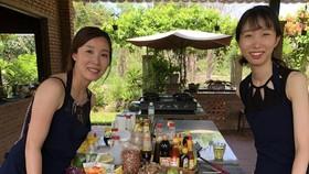 遊客(右)與屋主一同烹煮當地的傳統美食。